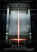 Obyčejné ráno naprosto všedního dne. Pět lidí, kteří se navzájem neznají, nastoupí do téhož výtahu, ten se rozjede a nečekaně zastaví mezi patry. Zprvu poklidná atmosféra začne s přibývajícími minutami […]
