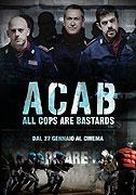 Posměšnou zkratku ACAB (All Cops Are Bastards) znají dnes z fotbalového prostředí i malí kluci, setkáváme se s ní na autobusových zastávkách a posprejovaných továrních zdech, objevuje se na transparentech […]