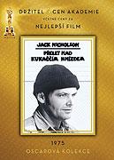 Když svobodomyslný malý podvodníček Randle P. McMurphy (Jack Nicholson) přichází do státní psychiatrické nemocnice, jeho nakažlivý odpor k disciplíně otřese rutinou celého zařízení. On je jednou stranou nastávající války. Uhlazená, […]