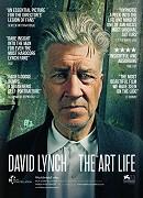 """Davida Lynche režiséra není třeba představovat. Přívlastky odvozené od jeho příjmení se pomalu, ale jistě stávají zažitým označením """"divných"""" filmů, které netypicky nakládají s vyprávěním, filmovým časem či nesou stopy […]"""