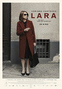 Lara se budí do dne, kdy dovrší šedesát let. Večer ji čeká mimořádná událost, zásadní klavírní koncert jejího syna. Viktor, jehož kariéru autoritativní žena vždy intenzivně prožívala, je však nedostupný […]