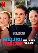 V Malibu začíná léto. Tým Platýsů pořádá na pláži mezinárodní soutěž Záchranář roku – a nečekaně se sám zapojí do boje o titul