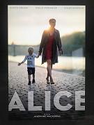 Alice je dokonalá matka a manželka, která žije šťastně a spokojeně se svým mužem Francoisem a jejich synkem v pařížském bytě. Když jsou její kreditky jednoho dne při nakupování zamítnuty, […]